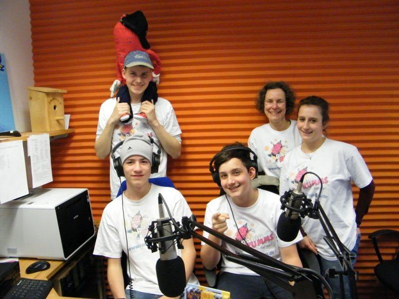 Eine Gruppe Jugendlicher imStudio von Radio RUMMS.