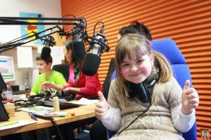 Foto eines Kindes im RUMMS-Studio mit beiden Daumen nach oben.